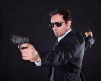 Ritratto del giovane con la pistola immagine stock