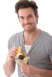 Ritratto del giovane con sorridere del gelato Immagini Stock Libere da Diritti