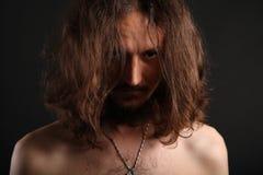 Ritratto del giovane dietro i suoi capelli fotografia stock