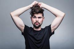 Ritratto del giovane in maglietta nera fotografie stock