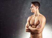 Ritratto del giovane muscolare fotografie stock
