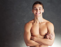Ritratto del giovane muscolare sorridente immagini stock