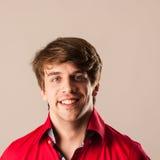 Ritratto del giovane pensieroso in camicia rossa isolata sopra bianco Fotografia Stock Libera da Diritti