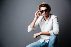 Ritratto del giovane sicuro in cappello ed occhiali da sole Fotografia Stock Libera da Diritti