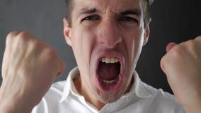 Ritratto del giovane sorpreso stupito in camicia bianca Vittoria o successo improvvisa video d archivio