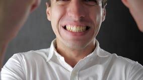 Ritratto del giovane sorpreso stupito in camicia bianca Vittoria o successo improvvisa stock footage