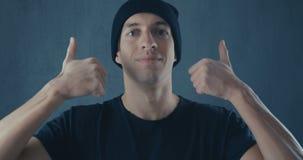 Ritratto del giovane sorpreso stupito in camicia nera Vittoria o successo improvvisa Concetto di vittoria Pollice in su video d archivio