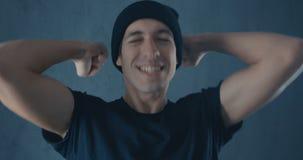 Ritratto del giovane sorpreso stupito in camicia nera Vittoria o successo improvvisa Concetto di vittoria Pollice in su stock footage
