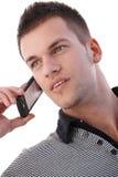 Ritratto del giovane sul telefono mobile Immagine Stock