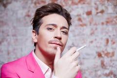 Ritratto del giovane in vestito rosa con la sigaretta Fotografia Stock Libera da Diritti