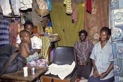 Ritratto del gruppo della famiglia ugandese in salone Immagine Stock Libera da Diritti