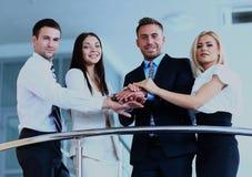 Ritratto del gruppo di affari positivo che sta sulle scale di costruzione moderna Fotografie Stock Libere da Diritti