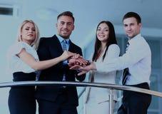 Ritratto del gruppo di affari positivo che sta sulle scale dell'ufficio moderno Immagine Stock Libera da Diritti