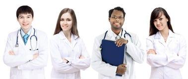 Ritratto del gruppo di colleghi sorridenti dell'ospedale che stanno insieme Immagine Stock