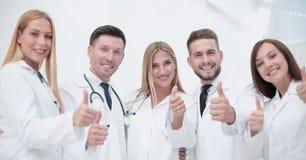 Ritratto del gruppo di medici che mostra i pollici su Immagini Stock