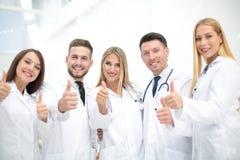Ritratto del gruppo di medici che mostra i pollici su Immagine Stock