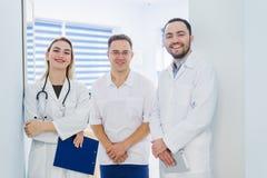 Ritratto del gruppo di medici che sta nel corridoio dell'ospedale fotografia stock