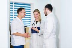 Ritratto del gruppo di medici che sta nel corridoio dell'ospedale fotografia stock libera da diritti