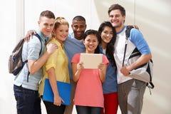 Ritratto del gruppo Multi-etnico di studenti in aula fotografie stock