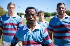 Ritratto del gruppo sicuro di rugby che sta sul campo Fotografia Stock Libera da Diritti