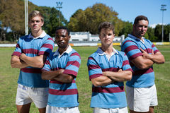 Ritratto del gruppo sicuro di rugby che sta sul campo erboso Immagini Stock