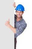 Ritratto del lavoratore felice che presenta insegna vuota fotografia stock