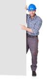 Ritratto del lavoratore felice che presenta insegna vuota immagini stock