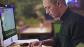 Ritratto del lavoratore maschio creativo occupato che lavora o che chiacchiera sul suo personal computer sui precedenti del eco m stock footage