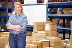 Ritratto del lavoratore nel magazzino di distribuzione fotografia stock