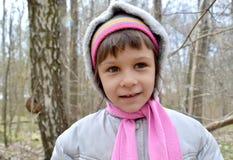 Ritratto del legno di cinque anni della ragazza in primavera Immagine Stock