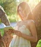 Ritratto del libro di lettura attraente della ragazza Fotografie Stock