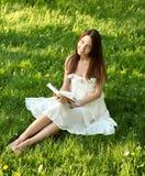 Ritratto del libro di lettura attraente della ragazza Immagini Stock Libere da Diritti