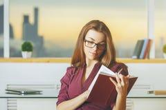 Ritratto del libro di lettura concentrato della donna Immagini Stock Libere da Diritti