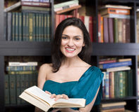 ritratto del libro di lettura della giovane donna di bellezza in biblioteca Fotografia Stock Libera da Diritti