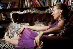 Ritratto del libro di lettura della giovane donna di bellezza in biblioteca Fotografie Stock Libere da Diritti