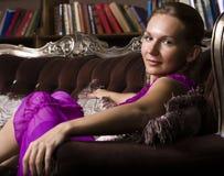 Ritratto del libro di lettura della giovane donna di bellezza in biblioteca Immagini Stock Libere da Diritti