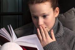 Ritratto del libro di lettura della ragazza Fotografia Stock