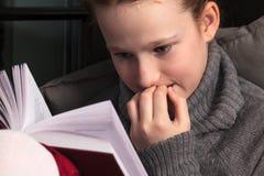 Ritratto del libro di lettura della ragazza Fotografia Stock Libera da Diritti