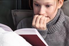 Ritratto del libro di lettura della ragazza Fotografie Stock Libere da Diritti