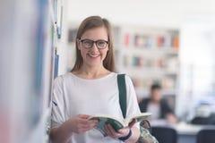 Ritratto del libro di lettura dello studente del famale in biblioteca Immagine Stock Libera da Diritti