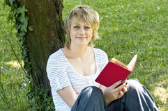 Ritratto del libro di lettura sorridente dell'allievo Immagini Stock Libere da Diritti