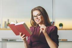 Ritratto del libro di lettura sorridente della donna Fotografie Stock