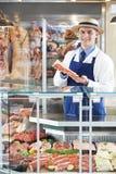 Ritratto del macellaio Standing Behind Counter Immagine Stock Libera da Diritti