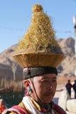 Ritratto del maschio di Ladakhi in costume tradizionale durante il religioso immagini stock