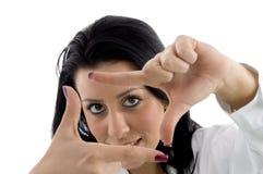 Ritratto del medico che mostra gesto di mano d'inquadramento Fotografia Stock