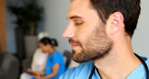 Ritratto del medico maschio sorridente archivi video