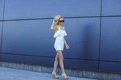 Ritratto del modello abbastanza biondo dei giovani in occhiali da sole alla moda dello specchio fresco Immagini Stock