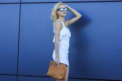 Ritratto del modello abbastanza biondo dei giovani in occhiali da sole alla moda dello specchio fresco Fotografia Stock Libera da Diritti