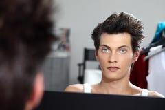 Ritratto del modello bello allo specchio nello spogliatoio Immagine Stock