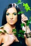 Ritratto del modello, della donna di bellezza e dei fiori femminili Fotografie Stock Libere da Diritti